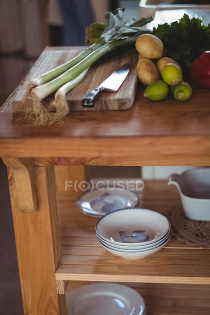 Close-up de prateleira de madeira na cozinha em casa — Fotografia de Stock