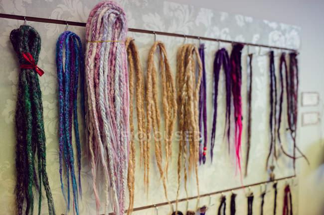 Riccioli artificiali colorati assortiti nel negozio — Foto stock