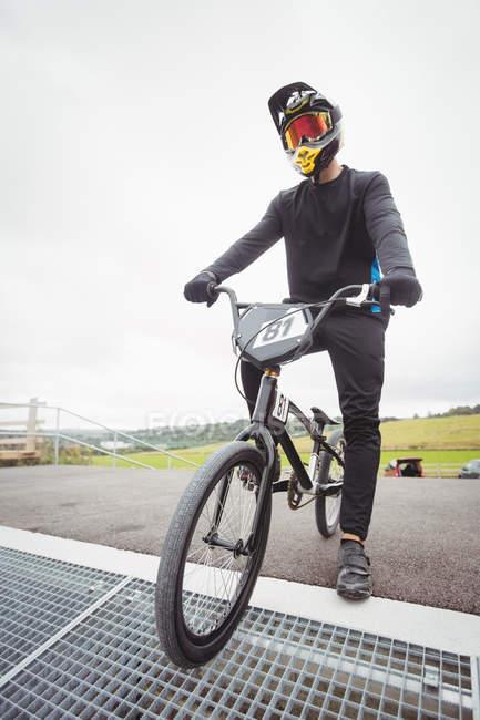 Велосипедист, підготовка до Bmx гонок на запуск рампи в скейтпарк — стокове фото
