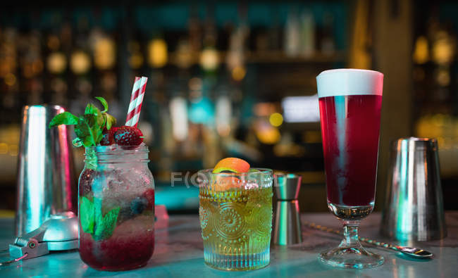 Bar accessories with cocktails on counter in bar — Stock Photo