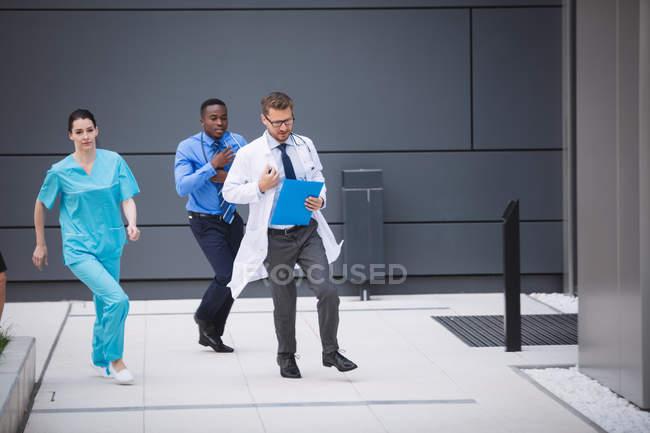 Médecins et infirmières se précipitent pour une urgence dans les locaux de l'hôpital — Photo de stock