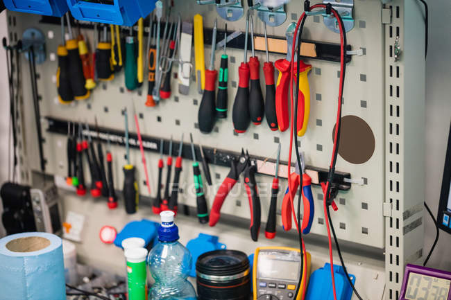 Различные инструменты, висит в центр электронных услуг — стоковое фото