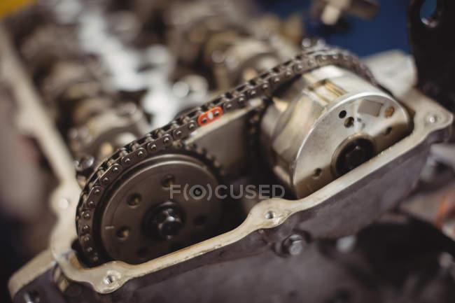 Primo piano della catena del motore e degli ingranaggi nel garage di riparazione — Foto stock