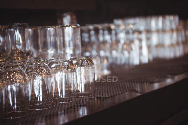 Закри порожніх очок, розташовані на полиці в бар — стокове фото