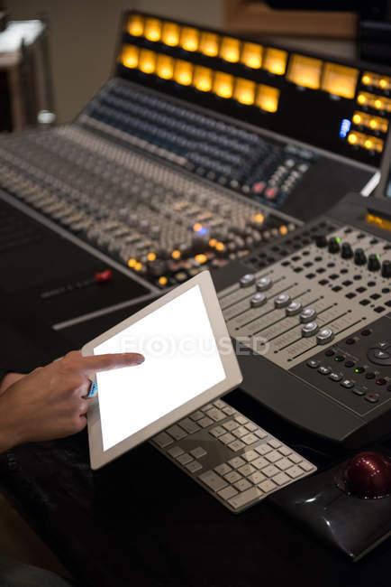 Engenheiro de áudio usando tablet digital em estúdio de gravação — Fotografia de Stock