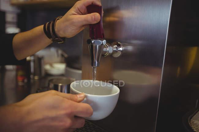 Офіціантка, беруть воду з крана в кафе — стокове фото