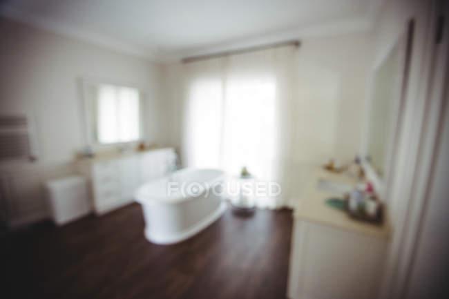 Vazia casa de banho com banheira e banheiro no peito em casa — Fotografia de Stock