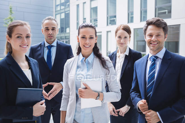 Портрет уверенность деловых людей, стоящих за пределами Офисное здание — стоковое фото