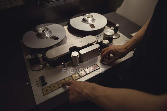 Инженер-звукооператор в студии звукозаписи — стоковое фото