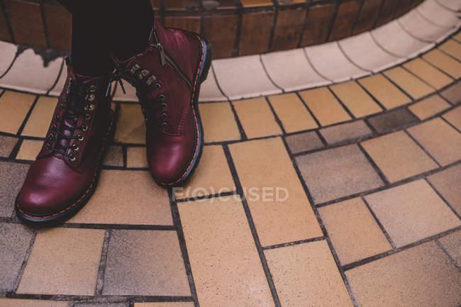 Низький розділ жінка, стоячи з схрещеними ногами — стокове фото