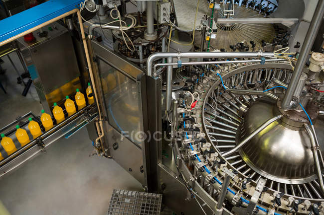 Высокий угол обзора машин на заводе холодных напитков — стоковое фото