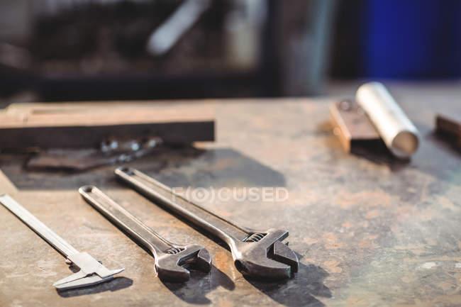 Gros plan des outils sur la table dans l'atelier — Photo de stock
