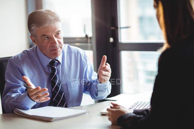 Uomo d'affari che discute qualcosa con un collega in carica — Foto stock