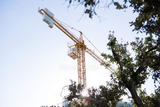 Grue et chantier de construction en plein jour — Photo de stock