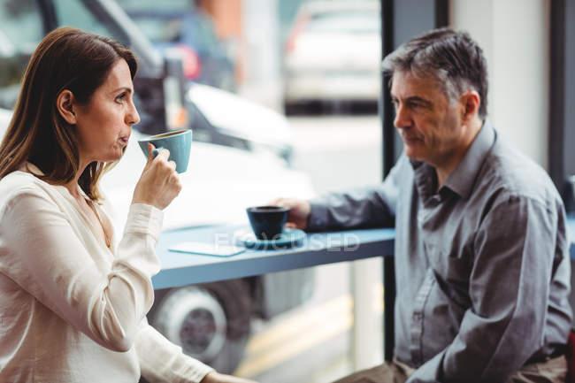 Homem e mulher tomando café na cafetaria — Fotografia de Stock