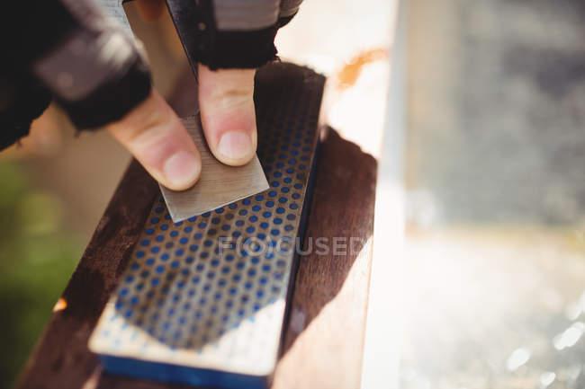 Кадроване зображення Карпентер заточення долото по каменю — стокове фото