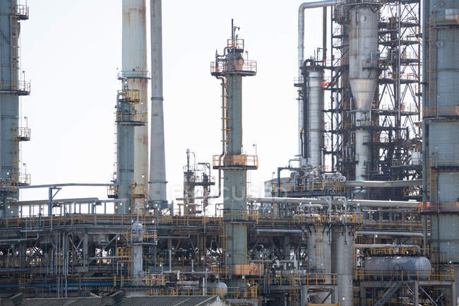 Stadtbild der Öl- und Gasindustrie bei Tageslicht — Stockfoto