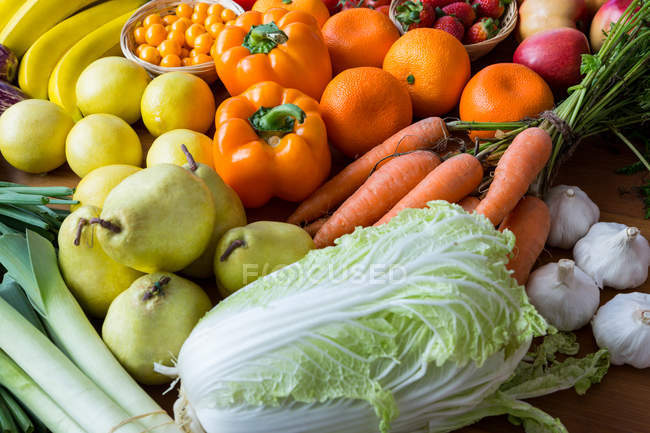 Variety of vegetables and fruits on shelf in supermarket — Stock Photo