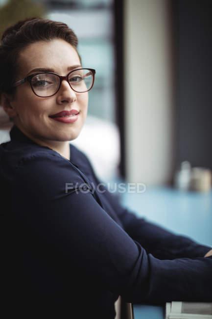 Ritratto di donna d'affari sorridente seduta nel caffè — Foto stock