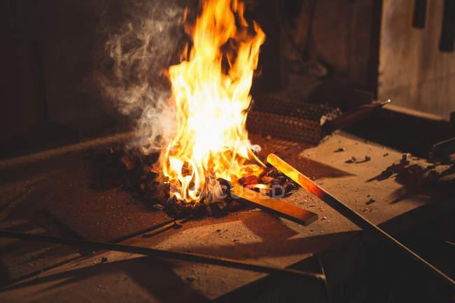 Nahaufnahme des Schmieds heizt Element vor dem Schmieden in Werkstatt — Stockfoto