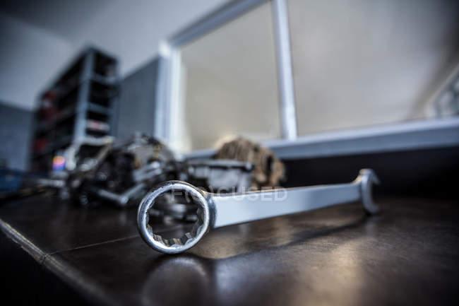 Primer plano de la llave en la tabla en el garaje de reparación de - foto de stock