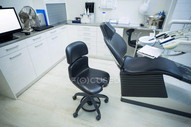 Empty dentist office with reclining chair and tools — Stock Photo