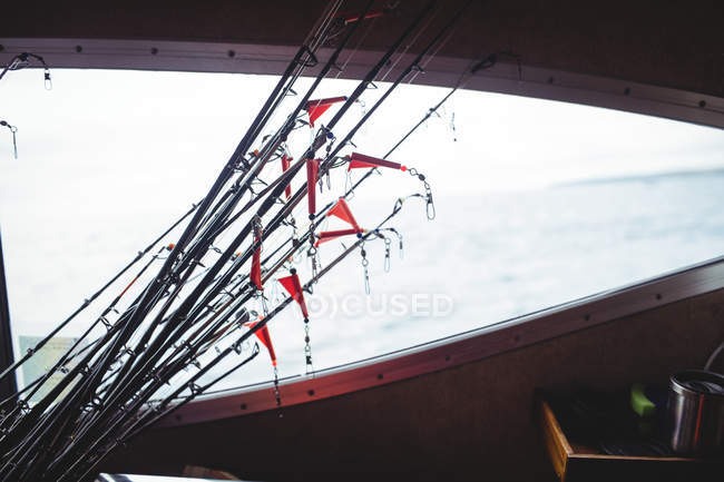 Pesca en barra de pesca en barco - foto de stock