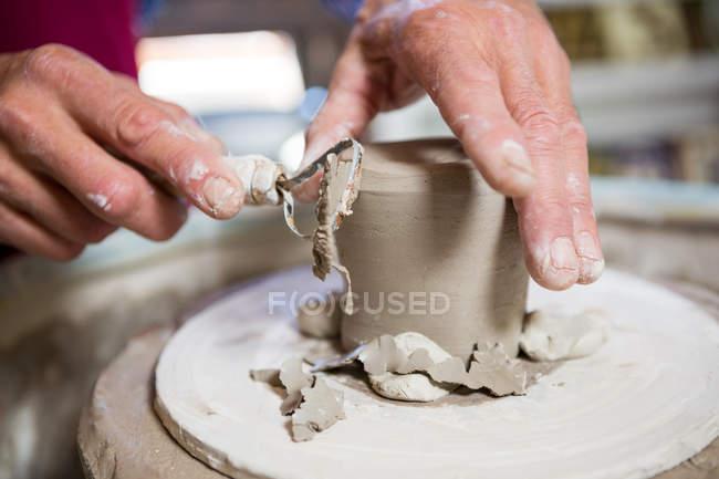 Крупный план производства горшечника в мастерской — стоковое фото