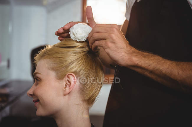Peluquería clientes de peinado cabello con spray en el salón - foto de stock