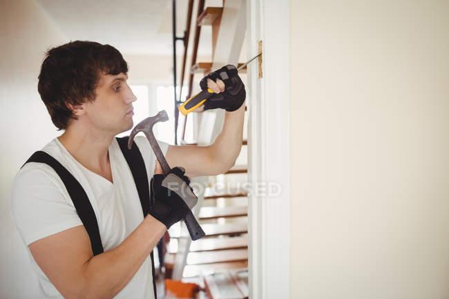 Карпентер працює над дверної коробки в домашніх умовах — стокове фото