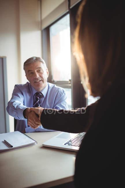 Бізнесмен, потискує руку з колегою в офісі — стокове фото