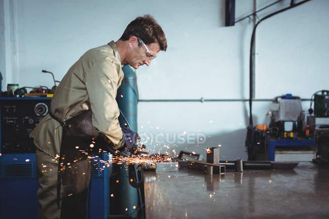 Soldador de corte de metal com ferramenta elétrica na oficina — Fotografia de Stock