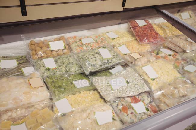 Крупный план товаров на выставке в супермаркете — стоковое фото