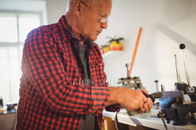 Attentive goldsmith working in workshop — Stock Photo