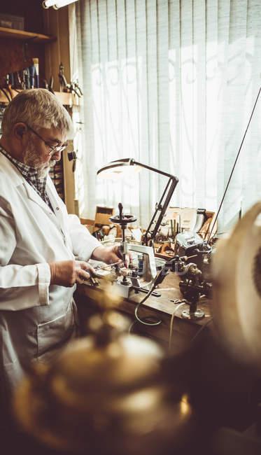 Uhrmacherei mit einer uhrmacherischen Fräsmaschine in der Werkstatt — Stockfoto