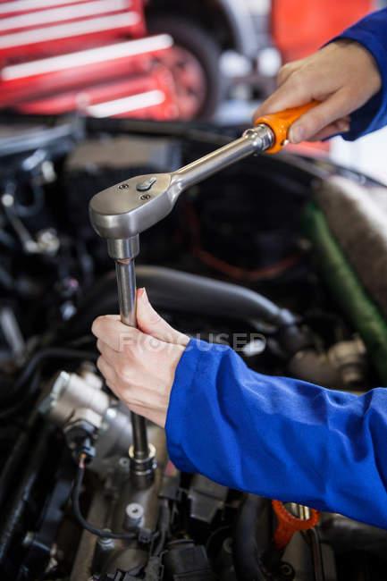Immagine ritagliata del motore meccanico di assistenza auto in officina di riparazione — Foto stock