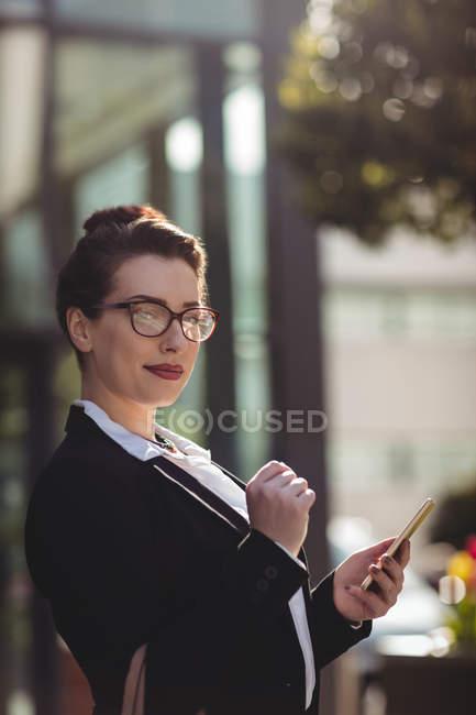Ritratto di giovane donna d'affari in possesso di cellulare — Foto stock