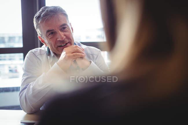 Médecin au bureau parler au patient à l'hôpital — Photo de stock