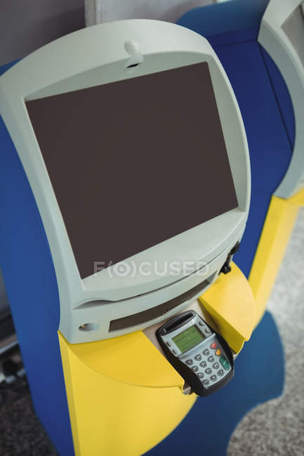 Check-in self-service nel terminal dell'aeroporto — Foto stock