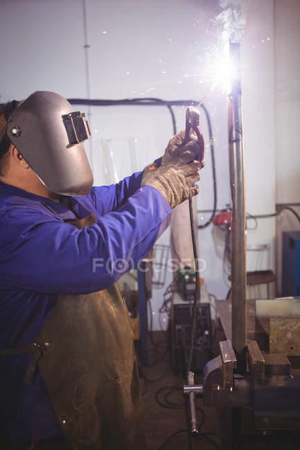 Soldador de solda de metal na oficina — Fotografia de Stock