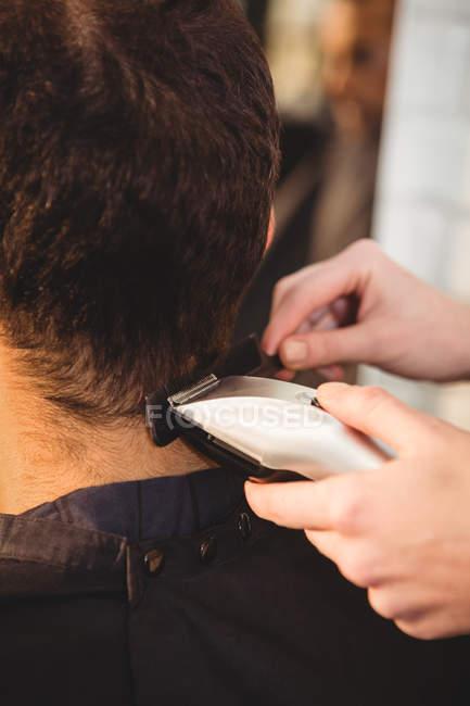 Uomo ottenere i capelli tagliati a parrucchiere — Foto stock