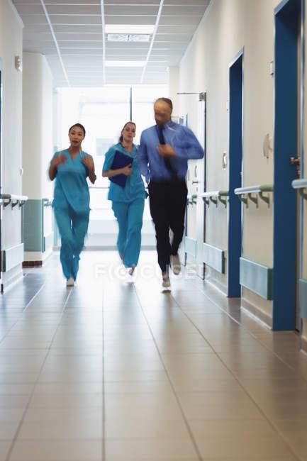 Arzt und Krankenschwestern laufen im Notfall in Krankenhausflur — Stockfoto