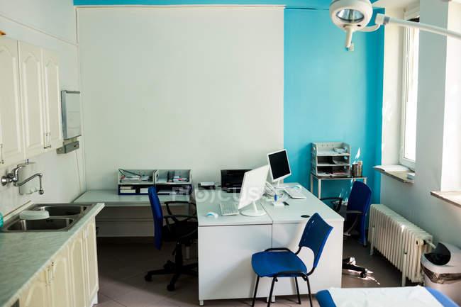 Cabinet de pratique vide dans le bâtiment de l'hôpital — Photo de stock
