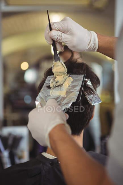 Parrucchiere tintura di capelli di cliente a salone — Foto stock