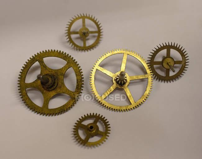 Sammlung von fünf Uhrwerken auf weißem Papier in der Werkstatt — Stockfoto