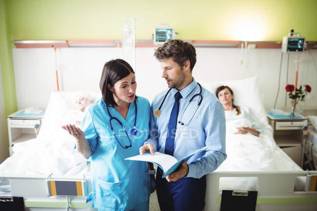 Врач взаимодействует с медсестрой в стационаре — стоковое фото