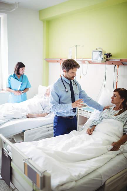 Ärzte interagieren mit Patienten im Krankenhaus — Stockfoto