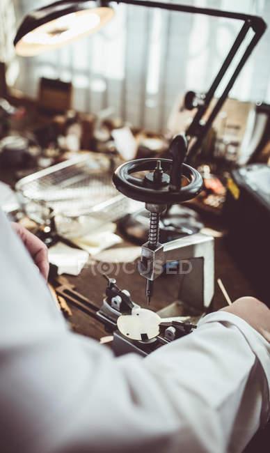 Mittelteil der Uhrmacherei mit einer uhrmacherischen Fräsmaschine in der Werkstatt — Stockfoto