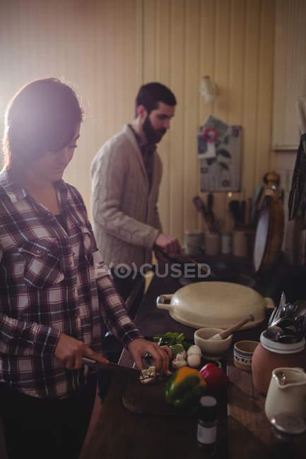 Casal prepara comida juntos na cozinha em casa — Fotografia de Stock