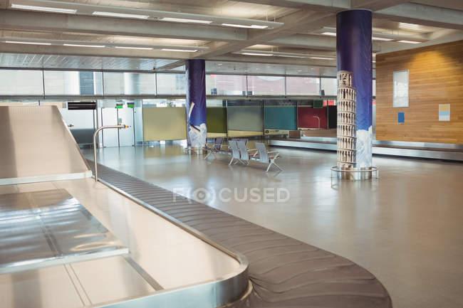 Carrossel de bagagem no interior do aeroporto — Fotografia de Stock